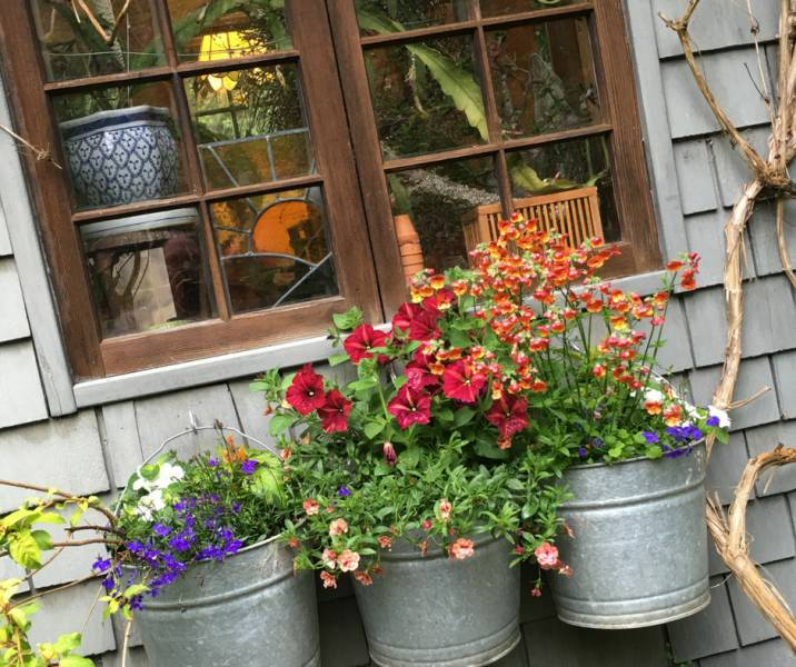 Who says decorating is only for inside the home? Give your outdoor decor the vintage vibe using flea market items alongside new vintage style pieces!